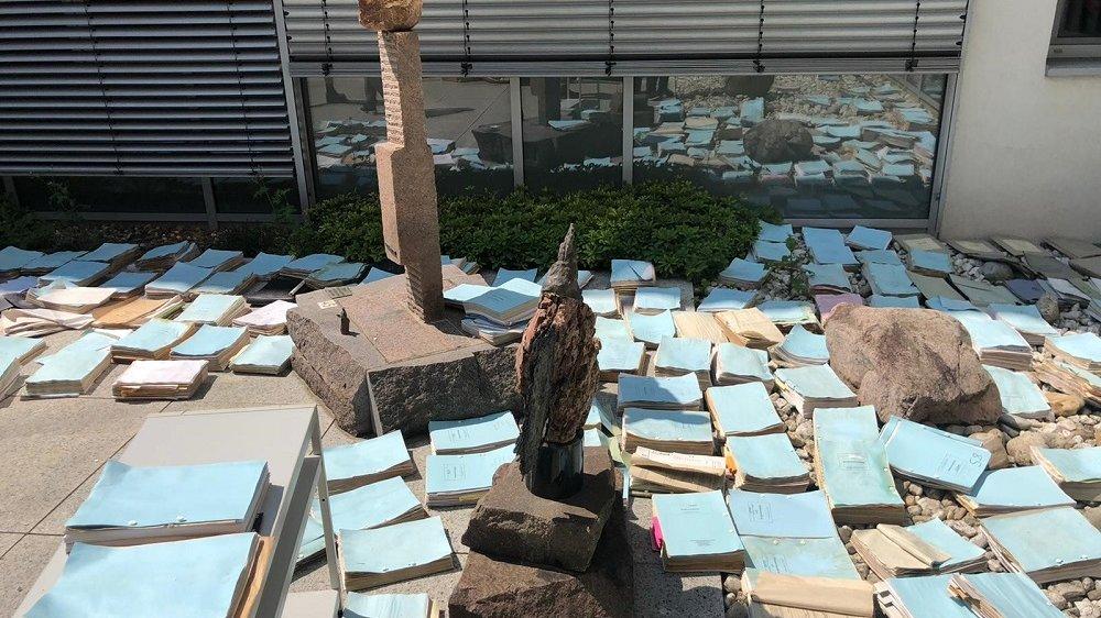 Archivinventar trocknet draußen nach Hochwasser