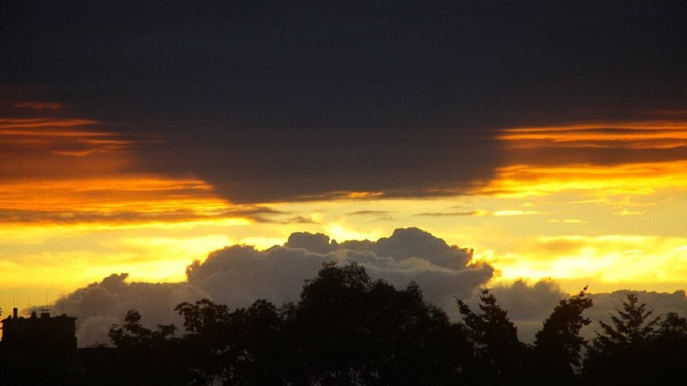 Wolkenbegegnung am Abendhimmel