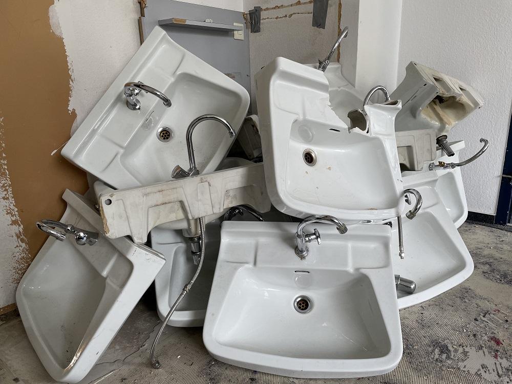 Ausgediente Waschbecken