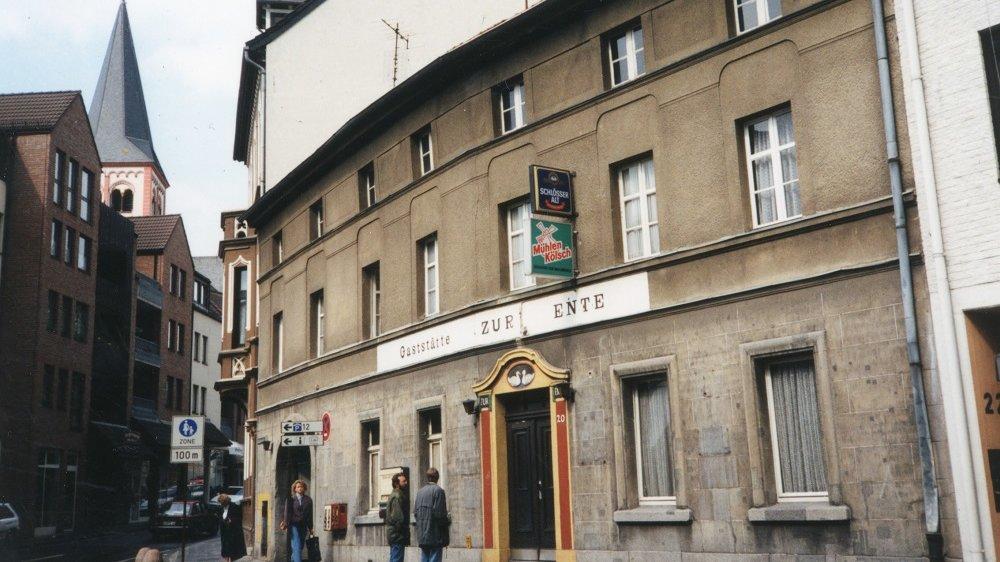 """Außenansicht der Gaststätte """"Zur Ente"""" 1990"""