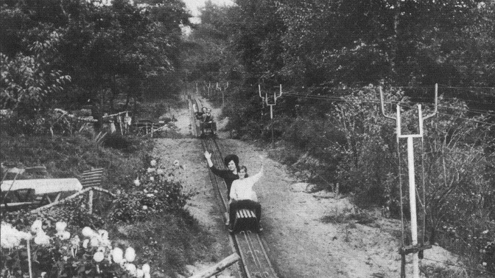 Schwarz-weiß-Foto der Sommerrodelbahn in Kaldauen