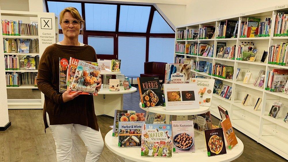 Stephanie Trommeschläger mit Büchern und Zeitschriften zum Herbst