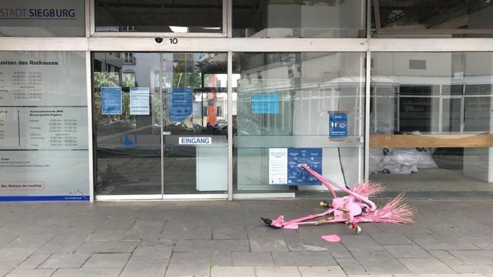 """Kunst-Flamingo """"Josie"""" zerstört am Boden"""