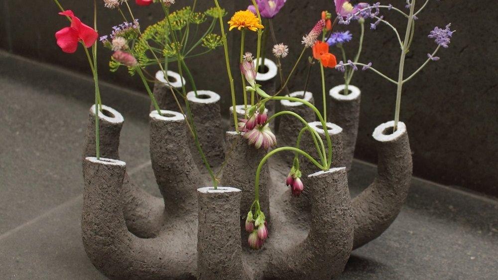 """Beim Keramikpreis 2019 - Motto: """"Flower Power"""" - mit dem 2. Platz prämierte Vase von Frank Schillo."""