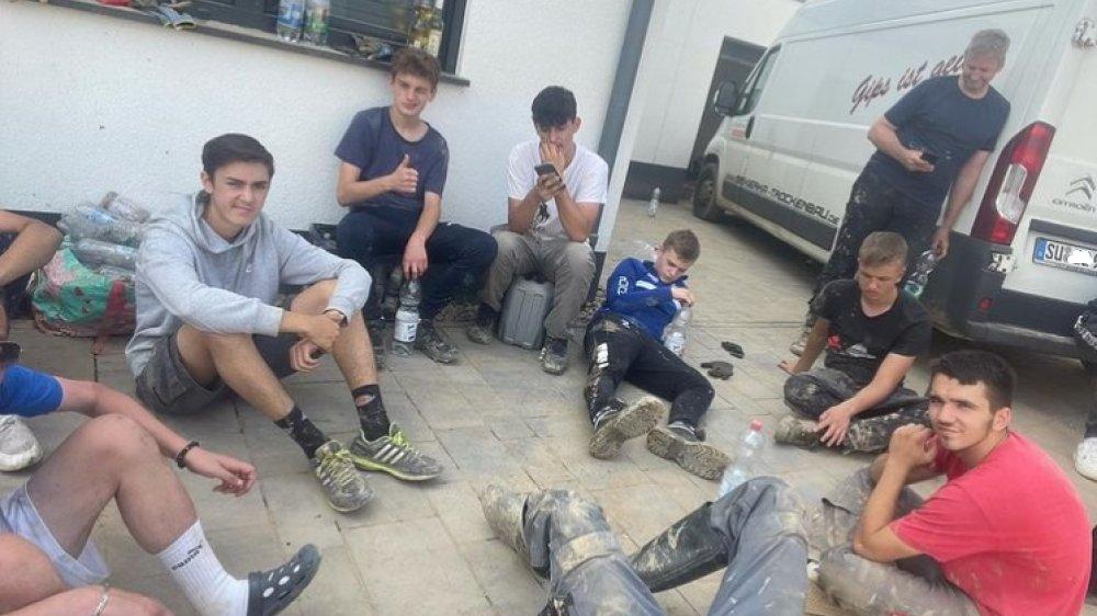 Dreckverschmierte Jugendliche im Hochwassereinsatz